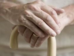 anziana-bastone