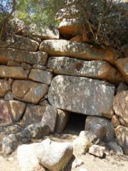 tomba-dei-giganti-santadi-barrancu-mannu-particolare-ingresso